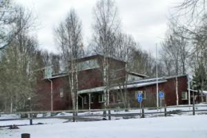 Sävja kyrka i vinterskrud. Foto Tore Stenström.